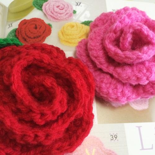 立体的な花のアクリルたわし かぎ針編みで一気に編める簡単な巻きバラ