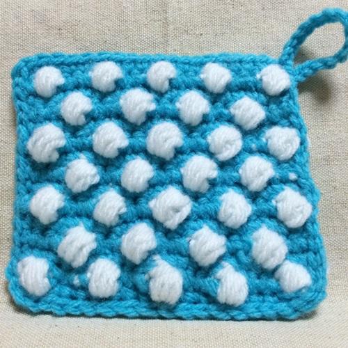 水玉の模様のアクリルたわし 玉編みでプクプク立体のドット柄