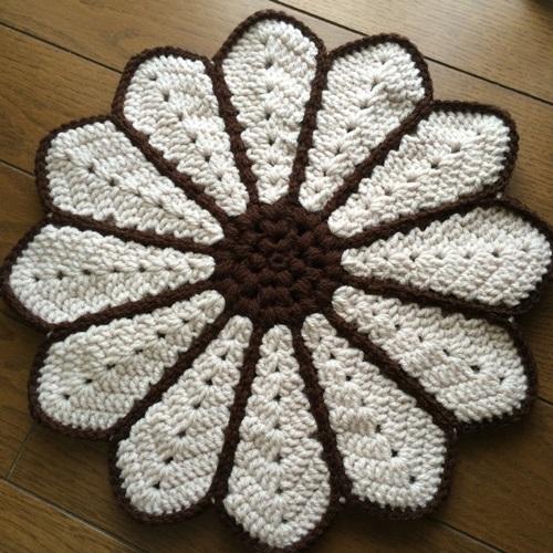かぎ針編みで手作りの毛糸の座布団 本の編み図でマーガレットの円座2