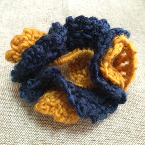 秋・冬の手編みのシュシュ 毛糸で手作りかぎ針編みの2色2重シュシュ