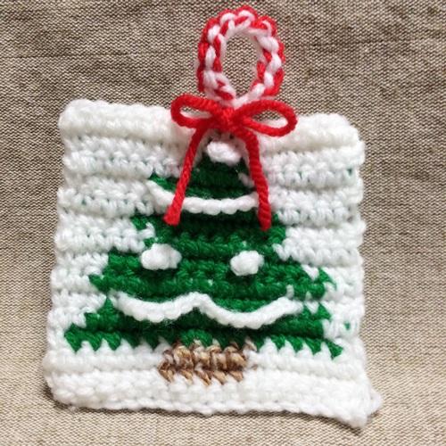 クリスマスの編み込み模様 かぎ針編みのアクリルたわしの編み図