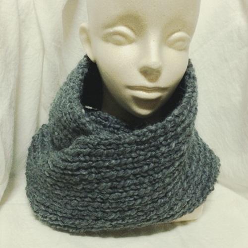棒針編みの手編みのスヌード 初心者でも簡単な一目ゴム編み、輸入糸で