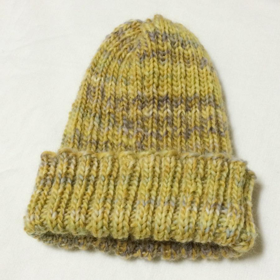 簡単な二目ゴム編みの手編みの帽子 輪針で編んだ毛糸の手作りニット帽