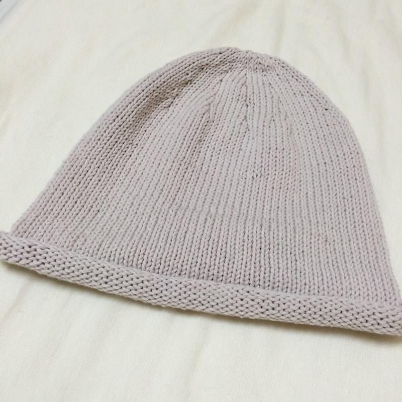 毛糸ピエロのSoraで編んだ夏用のニット帽 棒針編みの手編みの帽子