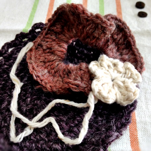 かぎ針編みでシンプルお花の編みシュシュ 初心者でも簡単シュシュ