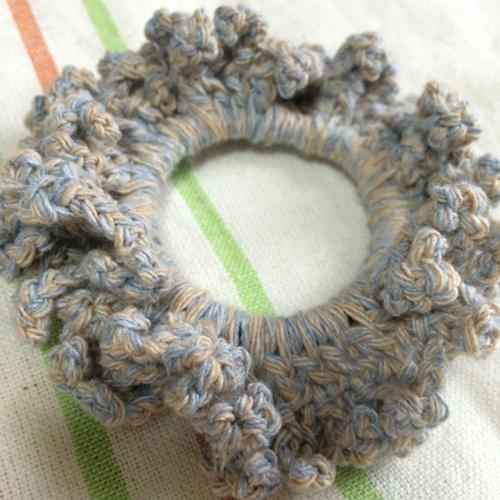 ボリュームがあるフリルの簡単な編みシュシュ かぎ針編みハンドメイド
