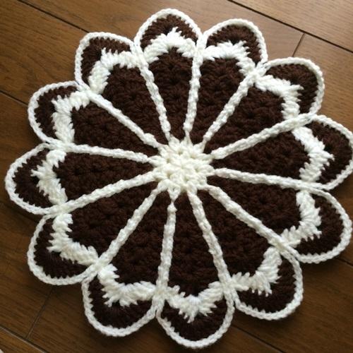 かぎ針編みで毛糸の座布団 本を見てマーガレットの円座 無料編み図も
