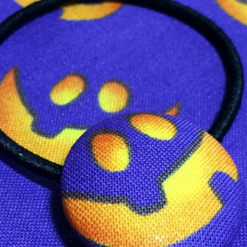 ハロウィンの手作りアクセサリー くるみボタンでかぼちゃ柄のヘアゴム