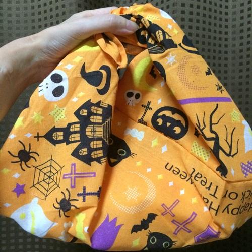 ハロウィンのパーティーに持っていく簡単な手作りのお菓子入れの袋
