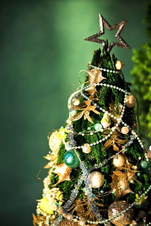 クリスマスに手作りの飾り 編み物でクリスマスツリーとリース