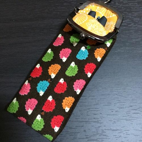 がま口の手作りの携帯用かぎ針ケース はさみととじ針を入れて持ち運び