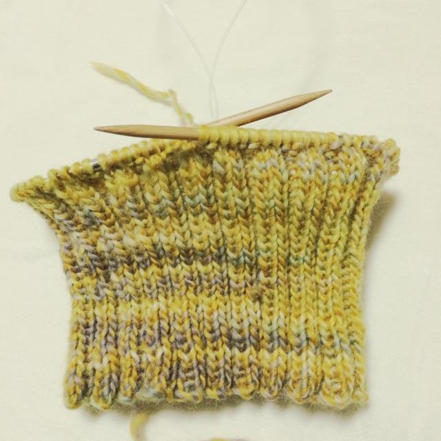 輪針で編み始めた手編みの毛糸の帽子 コードよりも小さい輪を編む