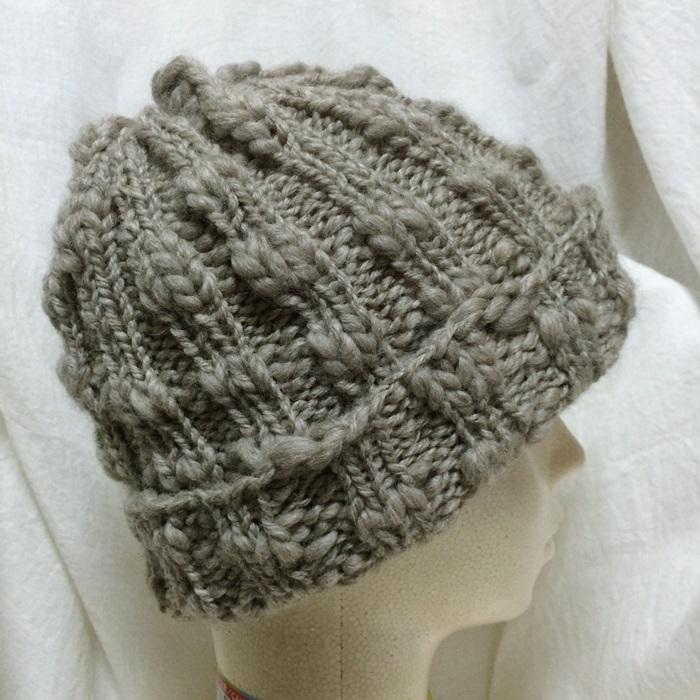 手編みの帽子の表紙のニット帽 ソノモノスラブ超極太×輪針【棒針編み】