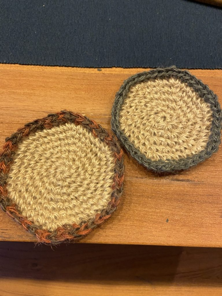 100均セリアの毛糸でかぎ針編みの円のコースター